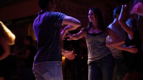 洗練された美しいサルサを踊るための基礎レッスン方法2(上半身と腕の振り方)