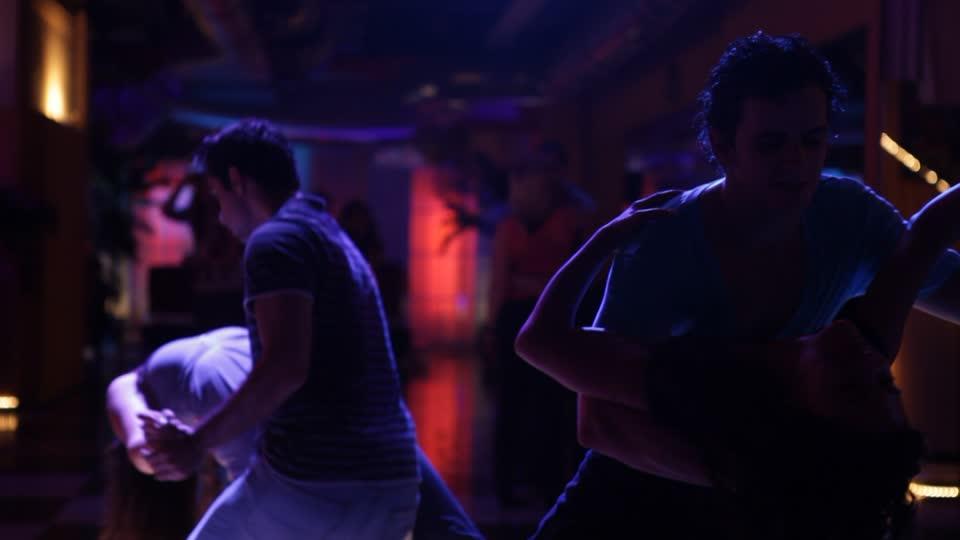 洗練された美しいサルサを踊るための基礎レッスン方法1